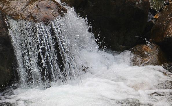 山楂醋所需材料—天然石岩水